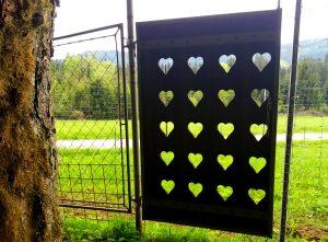 ein Tor aus Holz mit ganz vielen Herzen.