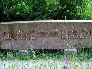 """Ein großer bearbeiteter Stein mit der Inschrift """"danke für mein Leben"""""""