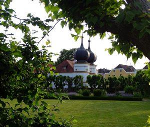 Ein Blick vom Park auf die Kirche daneben mit zwei imposanten Zwiebeltürmen