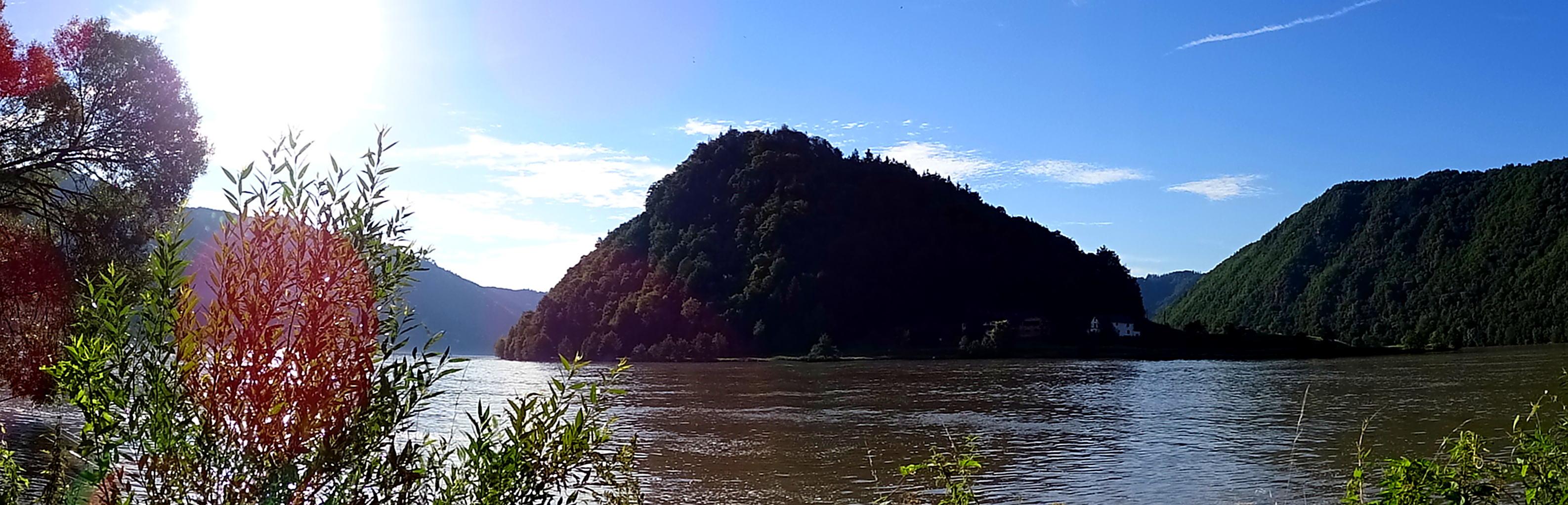 Die ganze Schlinge im Vordergrund die Donau und ein Blick in beide Teile des Donautals