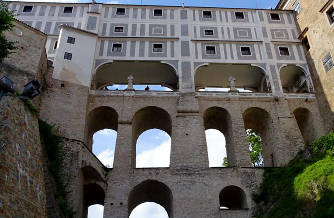 Ein Teil von Schloss Krumau zwischen zwei Teilen mit Gängen und Fenstern
