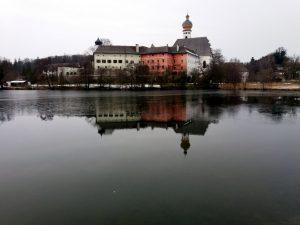 Blick aufs Kloster vom See