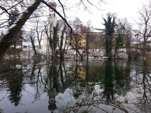 Das Kloster spiegelt sich im See