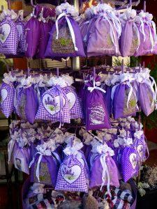 Ein Ständer voll mit violetten Lavendelsäckchen