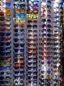 Ein Ständer voller Sonnenbrillen in verschiedenen Farben und Ausführungen