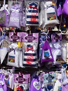 Lavendelsäckchen mit verschiedenen Motiven auf einem Ständer