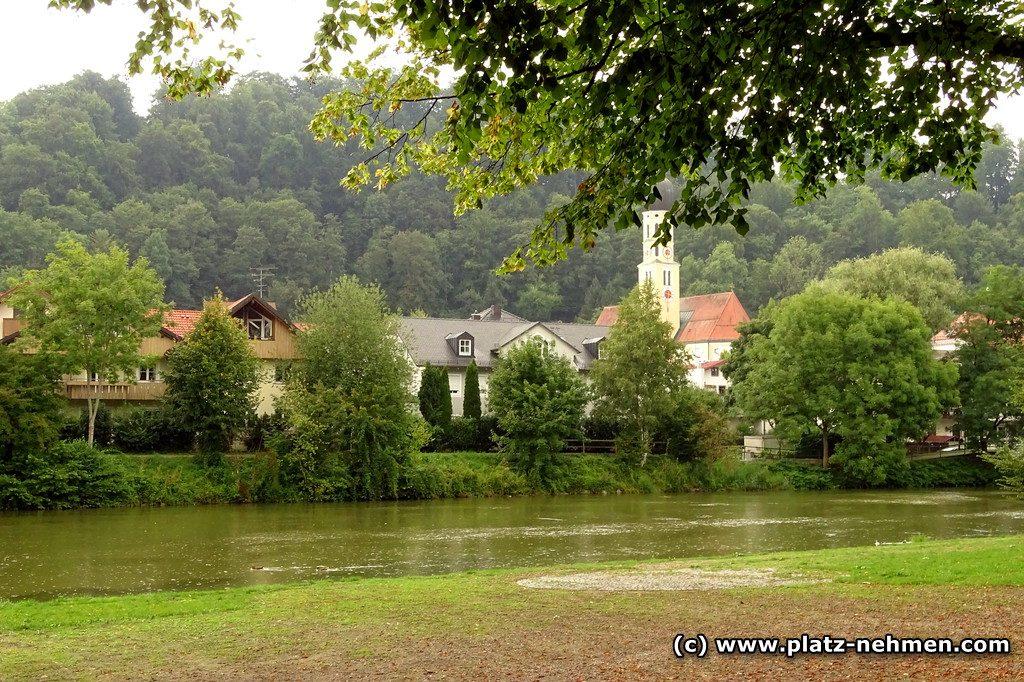 Im Vordergrund die Loisach und im Hintergrund sieht man die Kirche St. Andreas