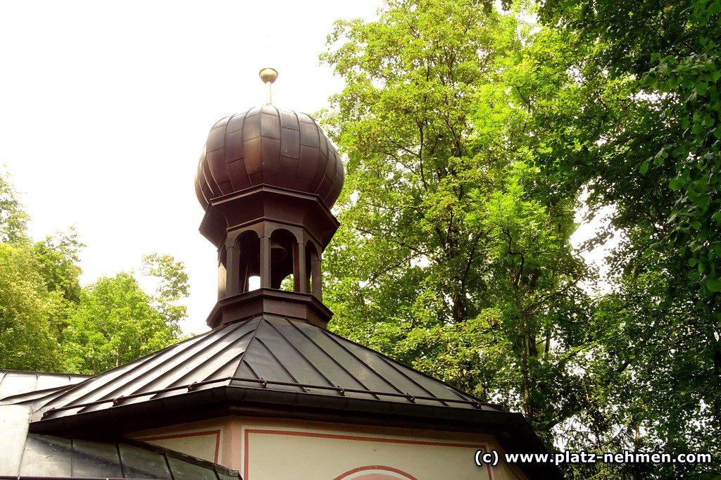 Das Dach der Frauenkapelle mit dem Zwiebelturm und im Hintergrund Bäume