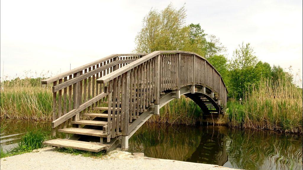 Geschwunge Holzbrücke über die Mattig