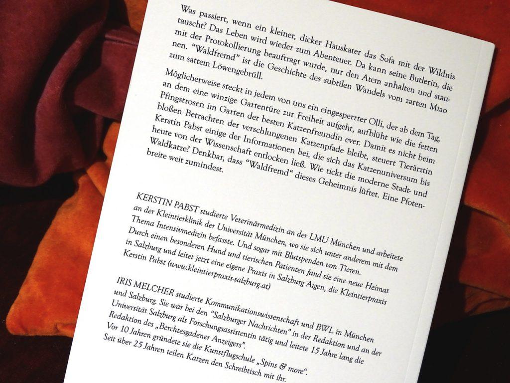 """Detailaufnahme der Rückseite des Buches """"Waldfremd - Kater Olli verlässt die Couch"""